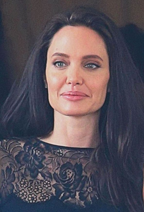 angelina-jolie-out-in-cambodia-02-18-2017_1